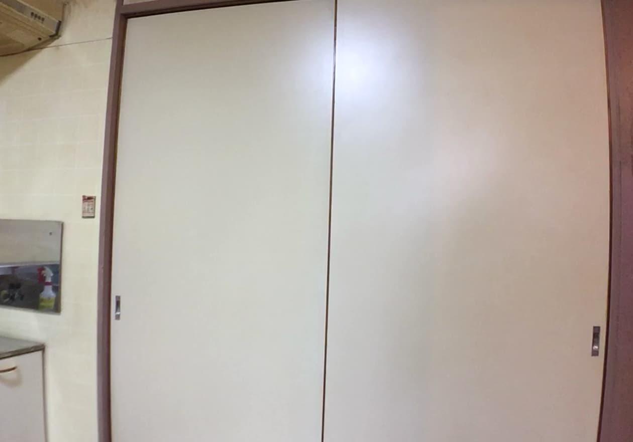 清掃後のキッチンの扉