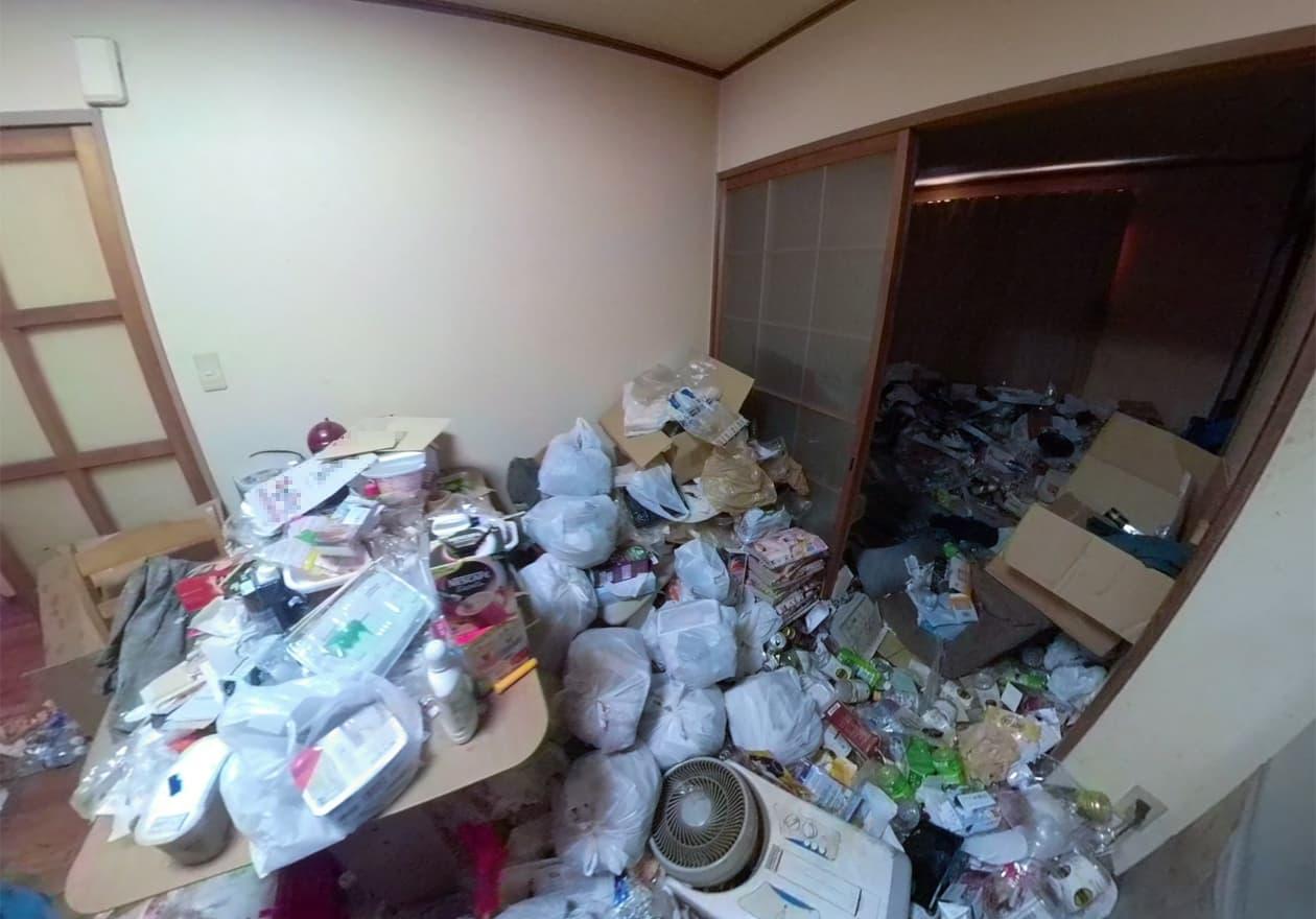 袋詰めした弁当などのゴミが山になっているキッチン周辺の様子