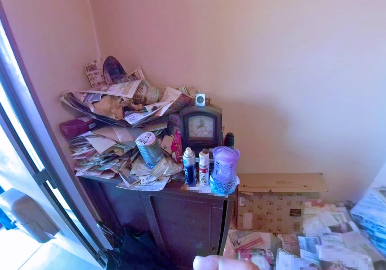 たくさんの郵便物がたまった下駄箱の様子
