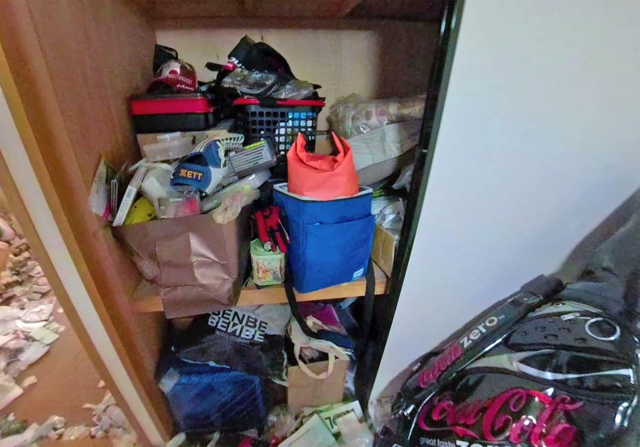 片付け作業中の寝室の押し入れの様子
