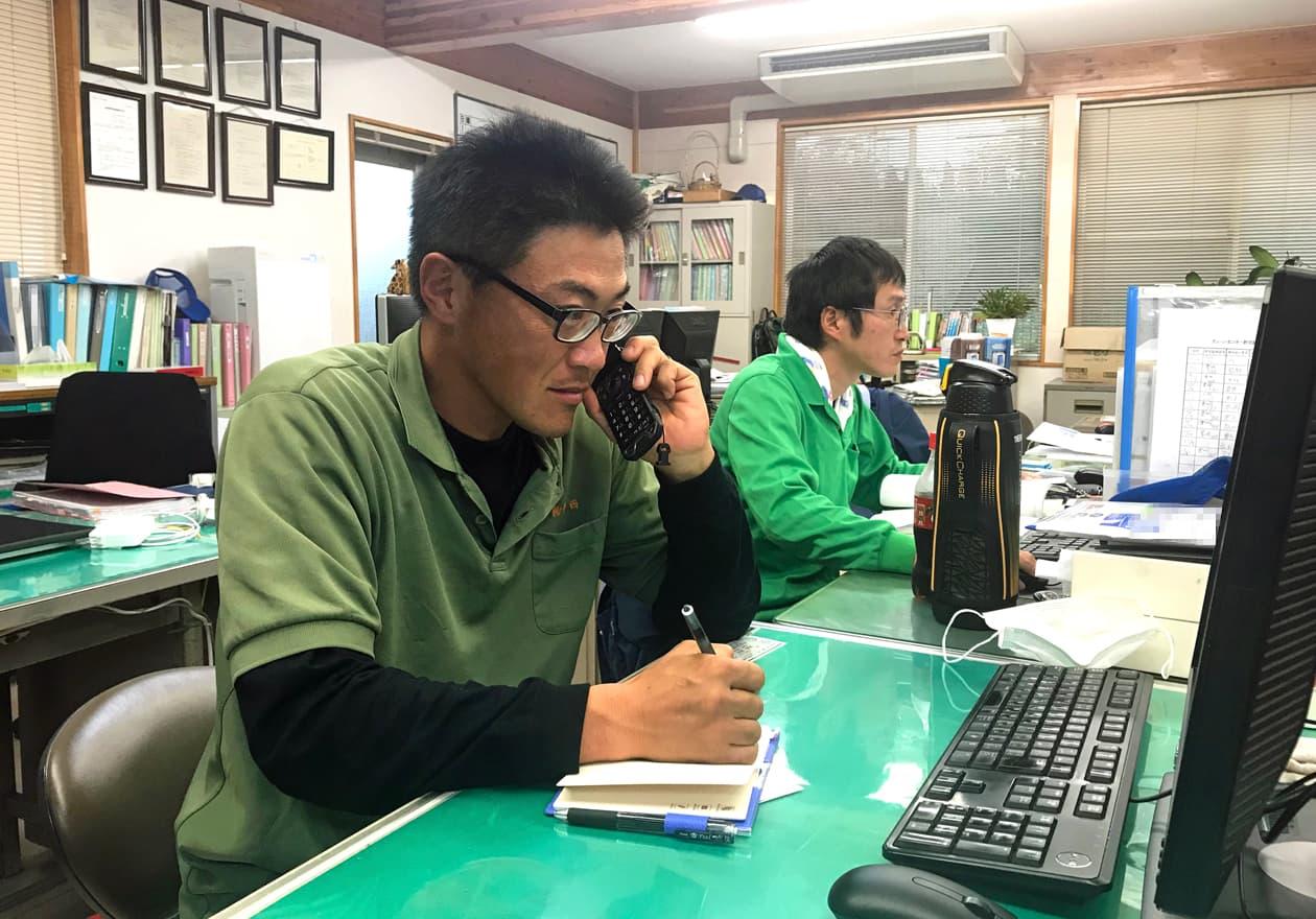 電話をしている高橋さんの様子