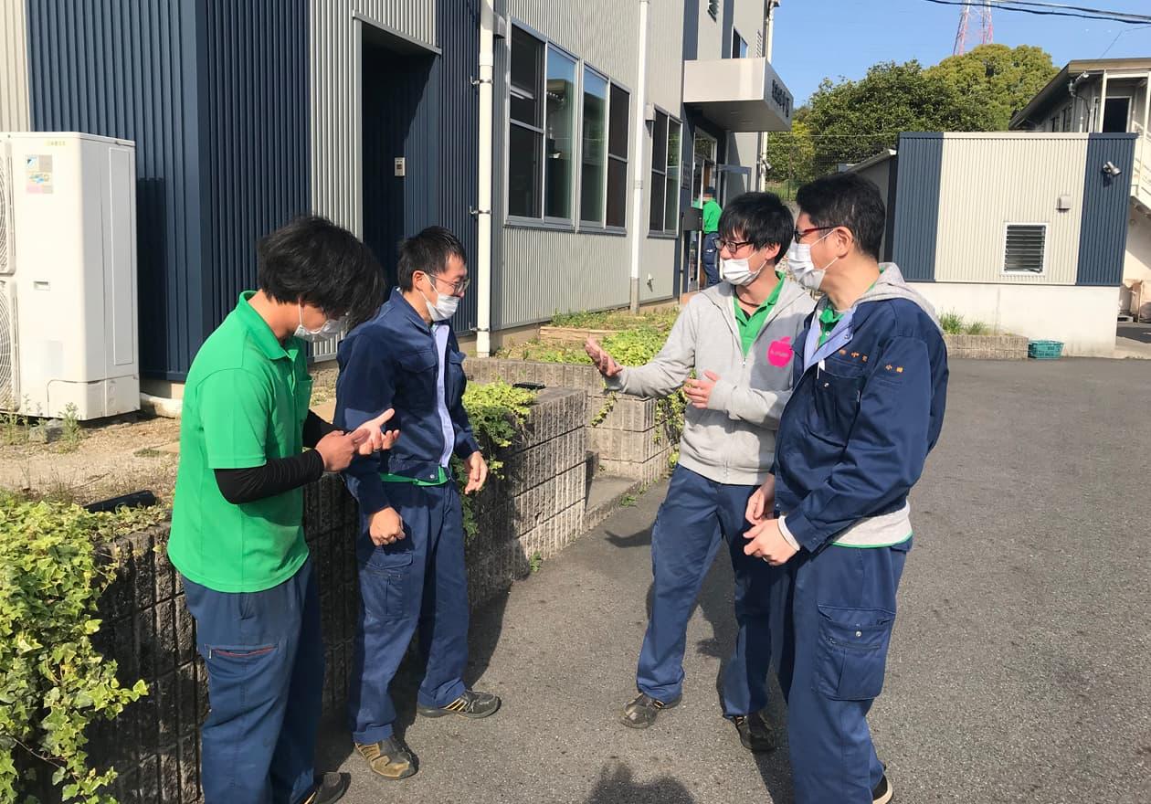 古畑、岡本、宮井と話をしている小田の様子