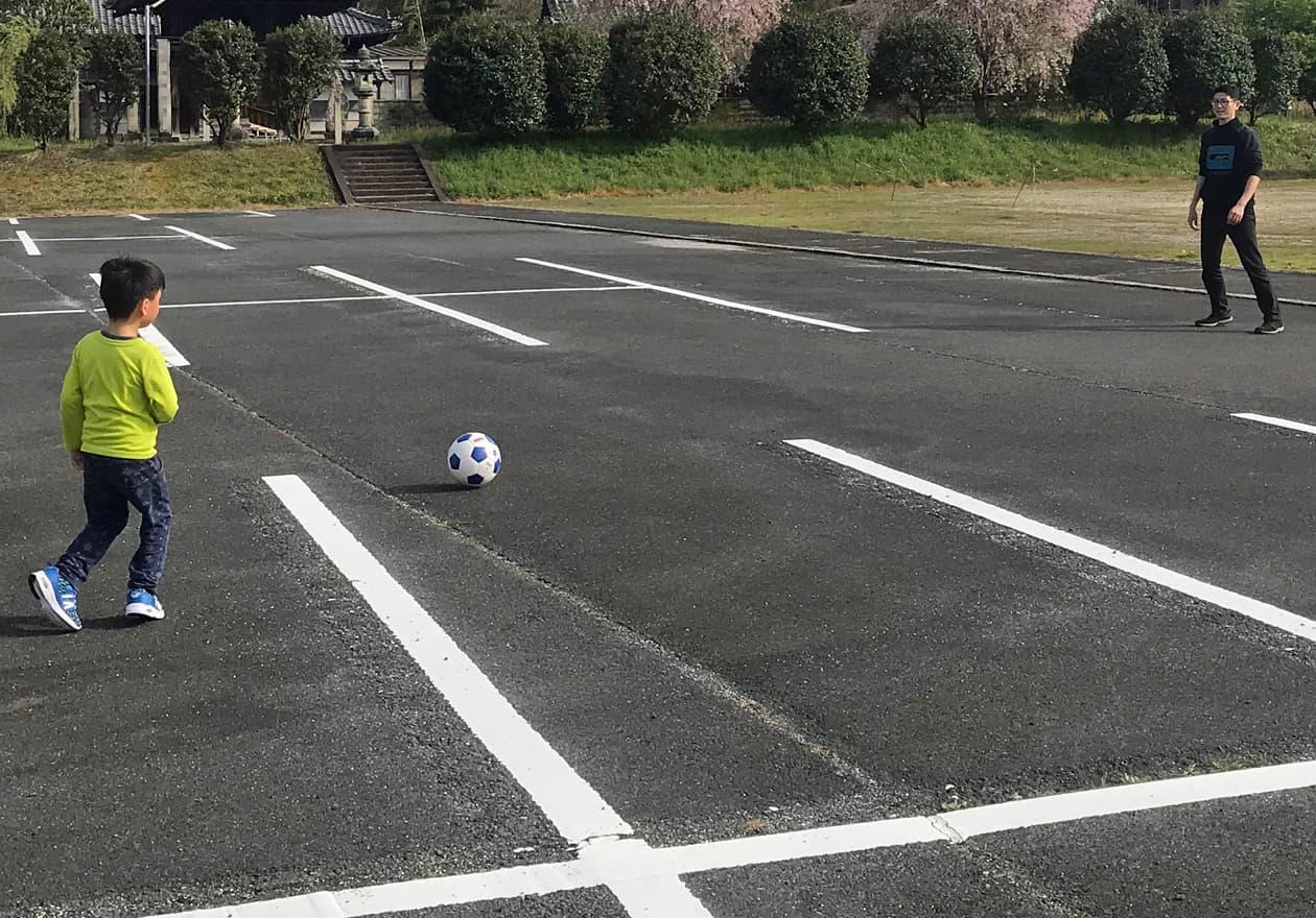 次男とサッカーをしている小田の様子