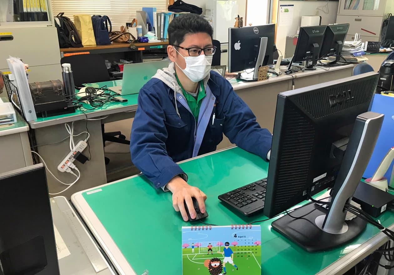 パソコンに向かって仕事をしている小田の写真