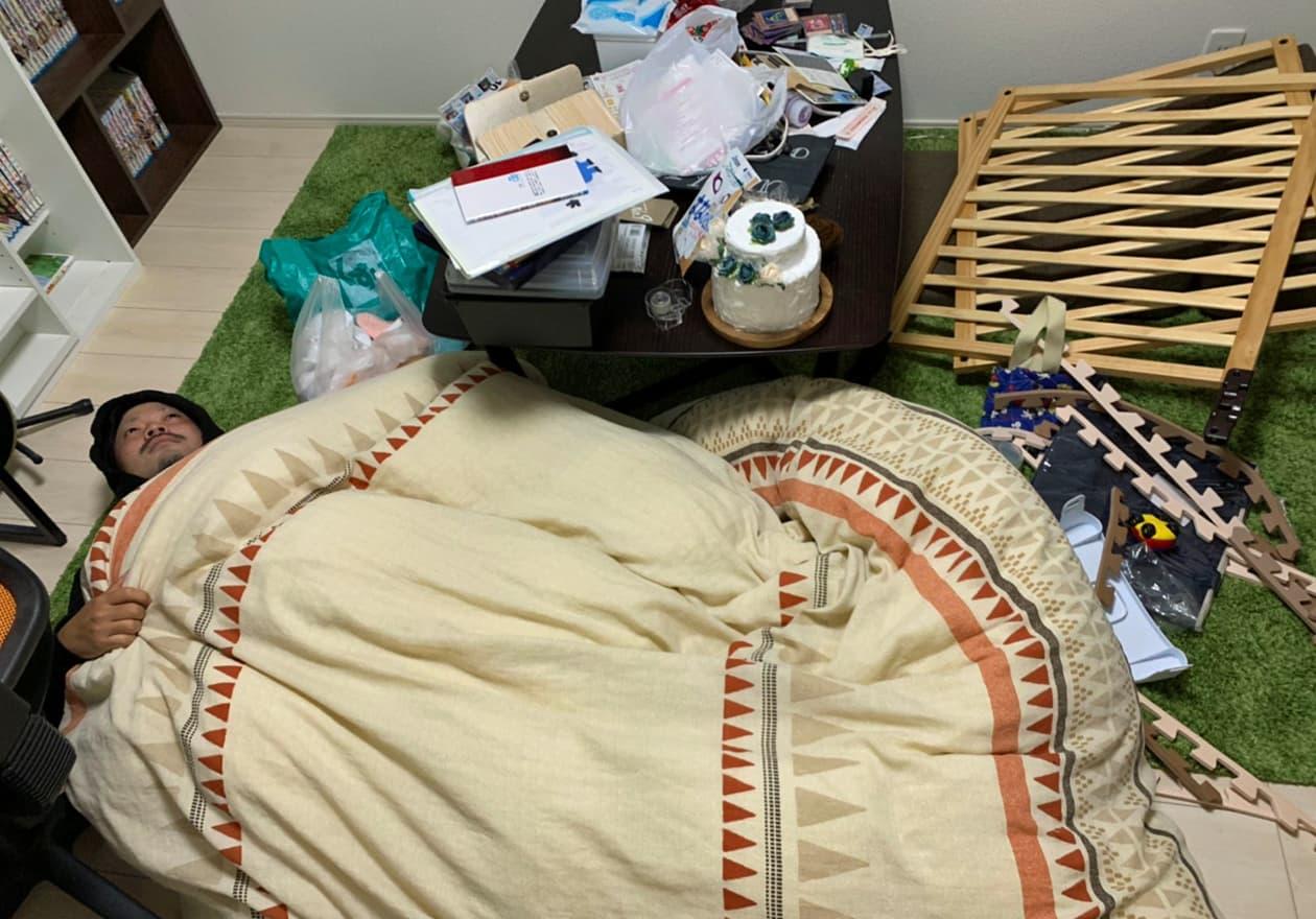 寝室で寝ている古畑の様子