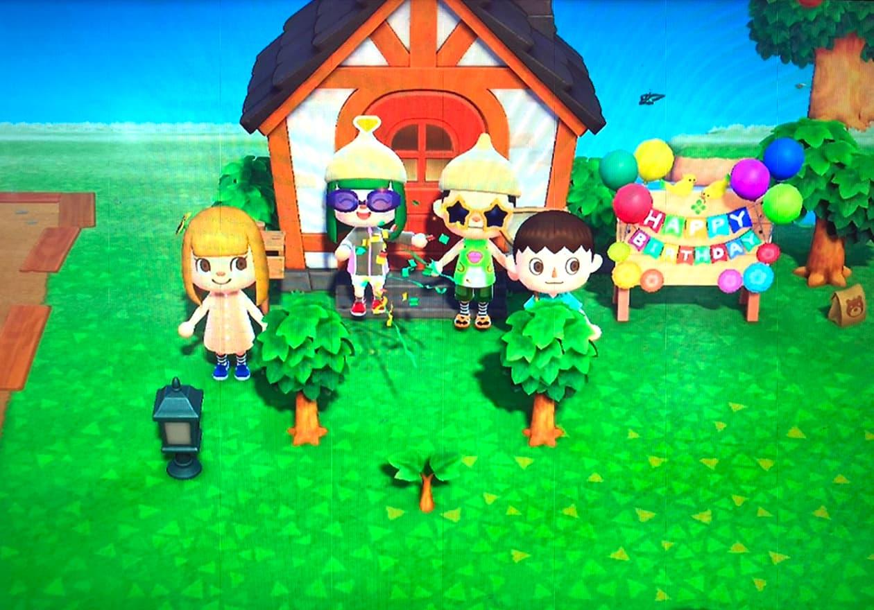 家族4人がどうぶつの森でお祝いしている様子