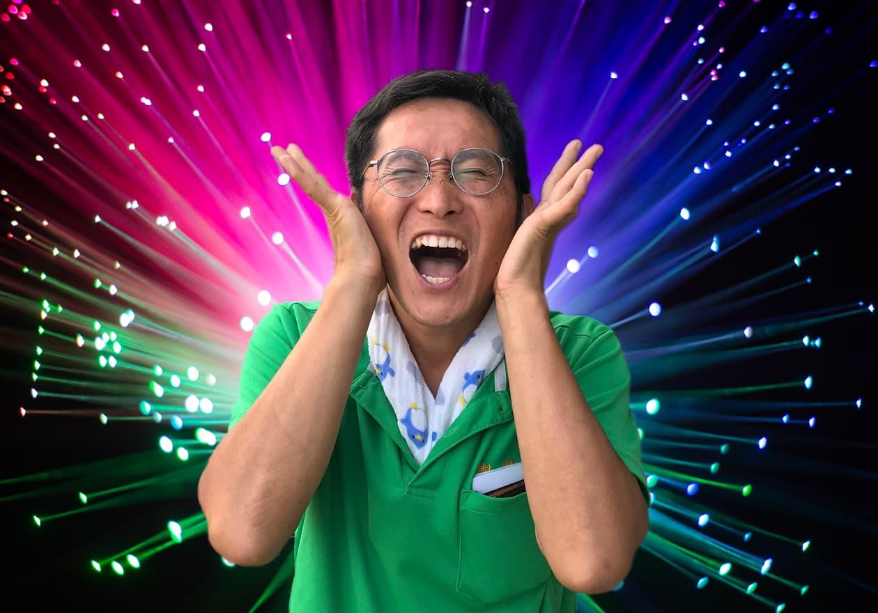 宇宙空間でムンクの叫びをする岡本さんの様子