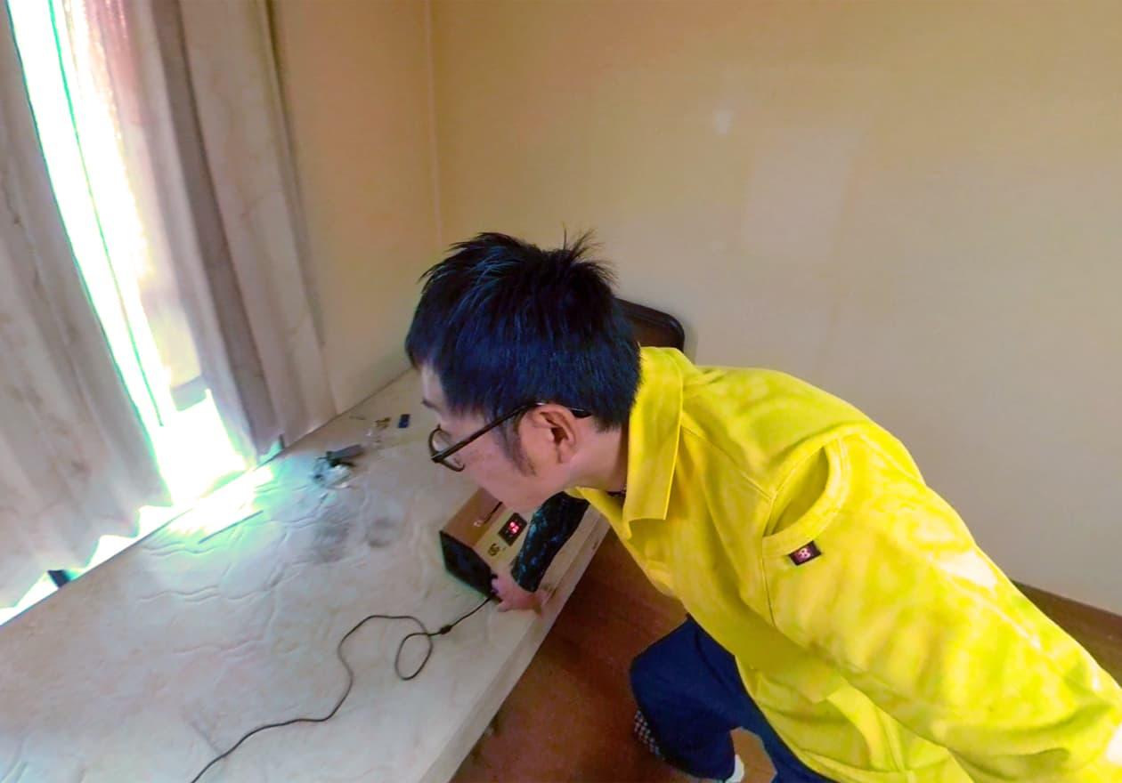 オゾン発生器を操作している岡本の様子