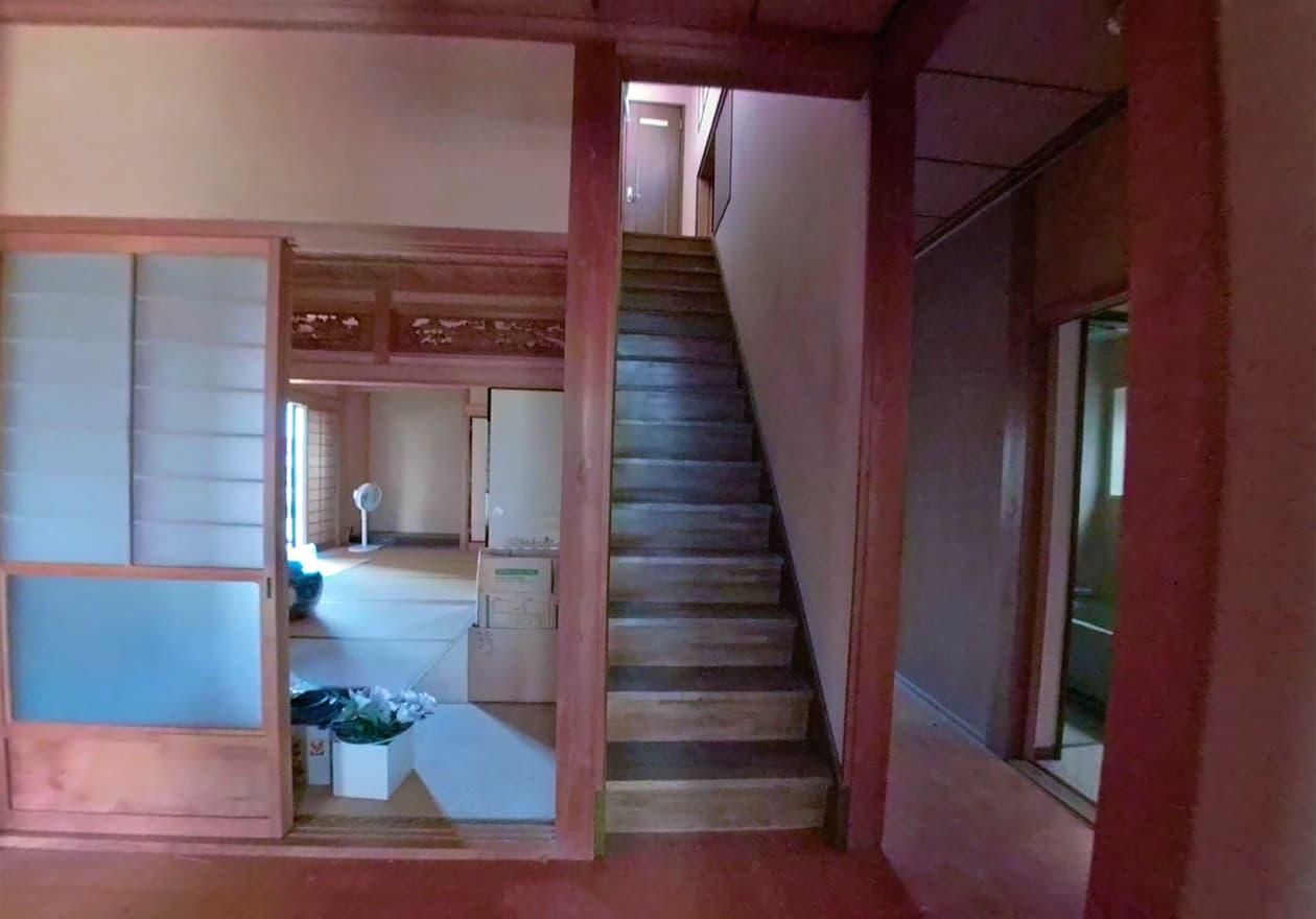 狭くて長い階段の様子