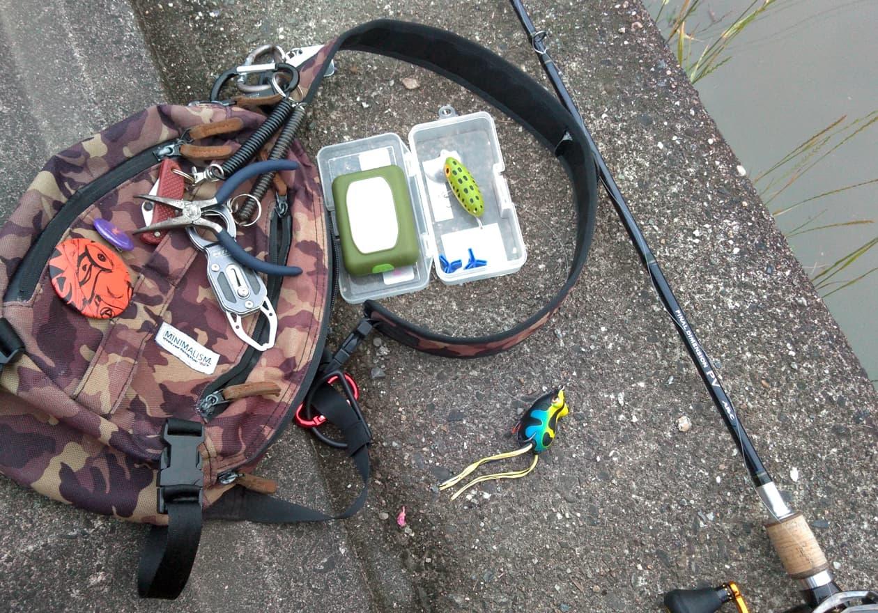 持ち歩いているバッグの中身と釣竿の写真