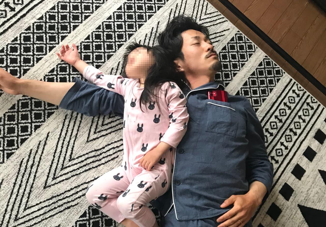 中野と中野の娘が一緒に寝ている写真