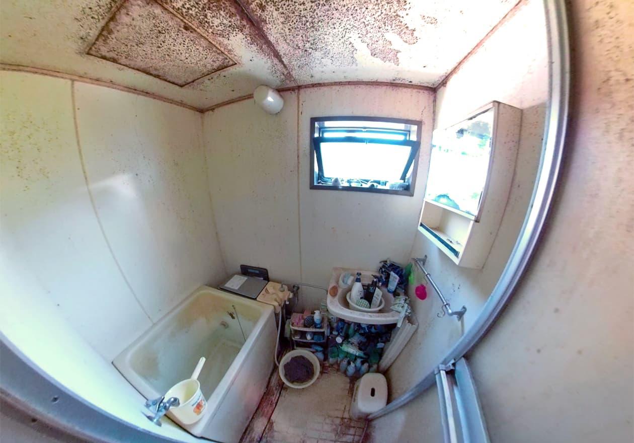 片付け前、天井がカビだらけのお風呂の様子