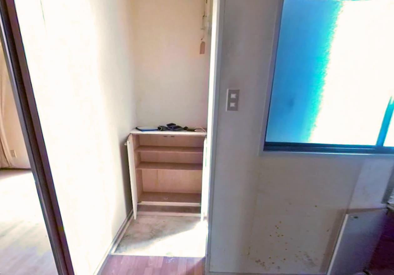 下駄箱内も空っぽになった玄関の様子
