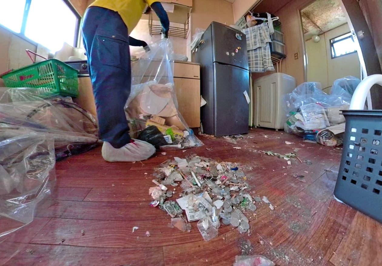 小銭がゴミに混ざっている様子