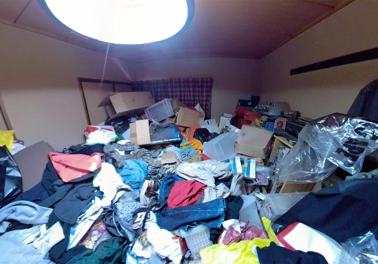 片付け前、天井に近い場所までゴミやモノでいっぱいの和室の様子