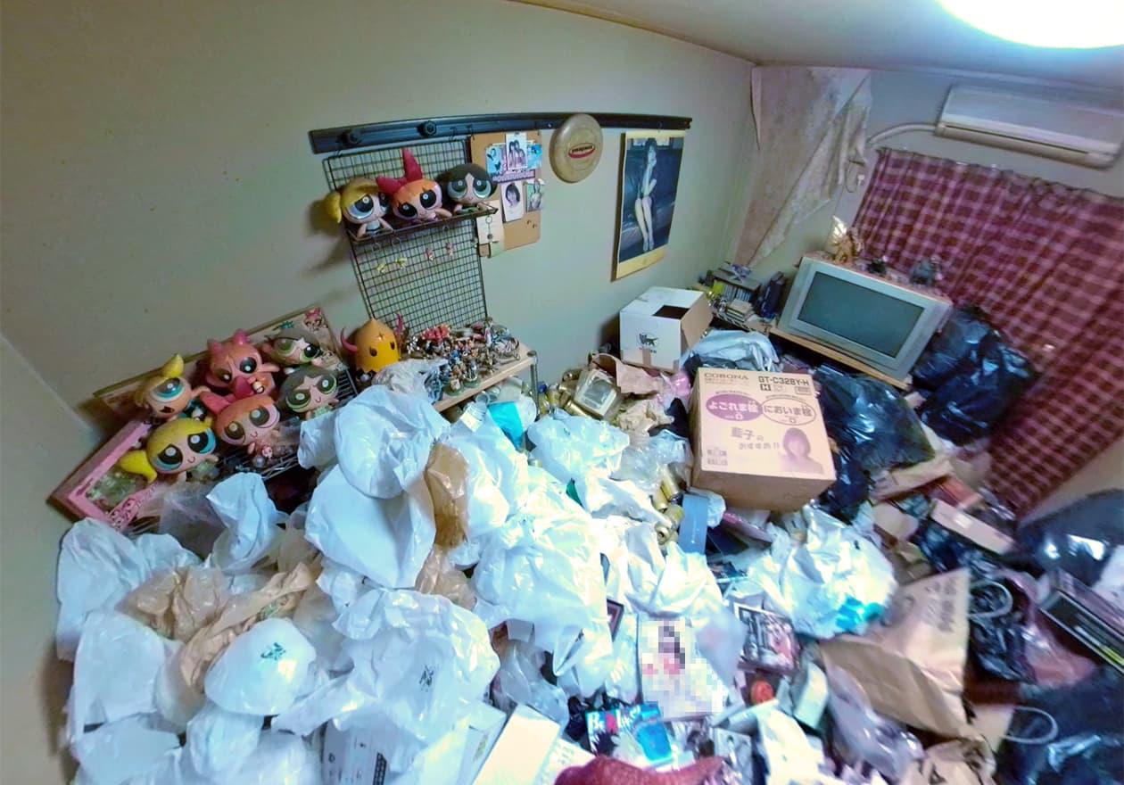たくさんのぬいぐるみとゴミ袋が溜まったお部屋の様子