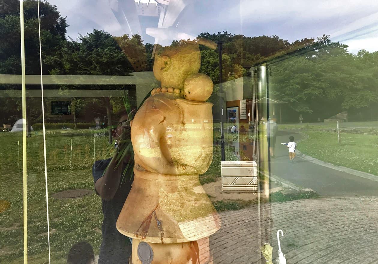 赤ちゃんをおんぶした女性のハニワの写真