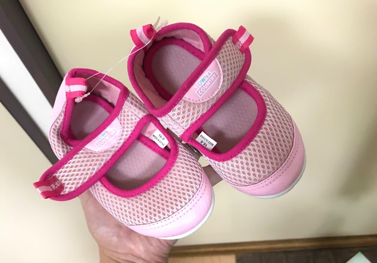 ピンク色の靴の写真