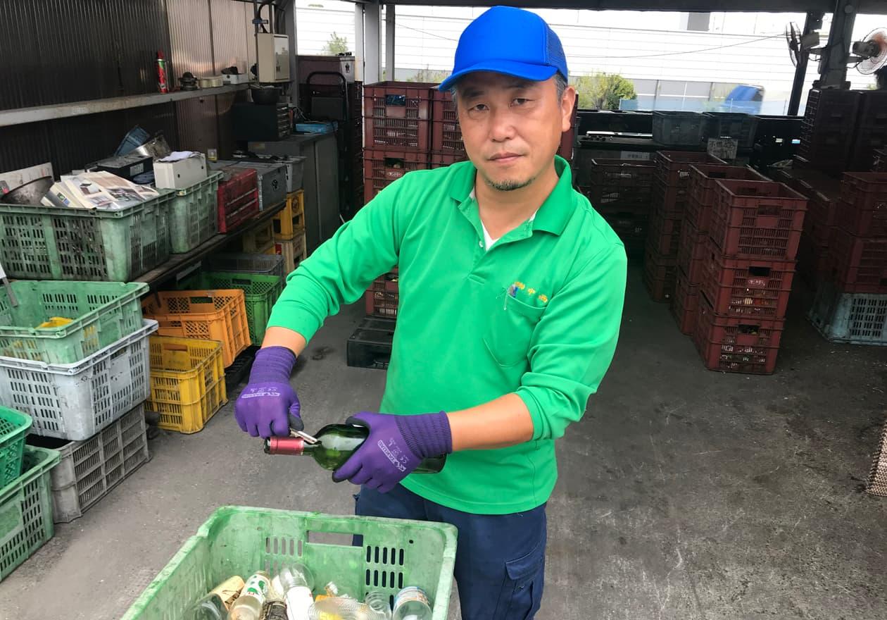 鉛の瓶口のシールを取っている竹内の様子