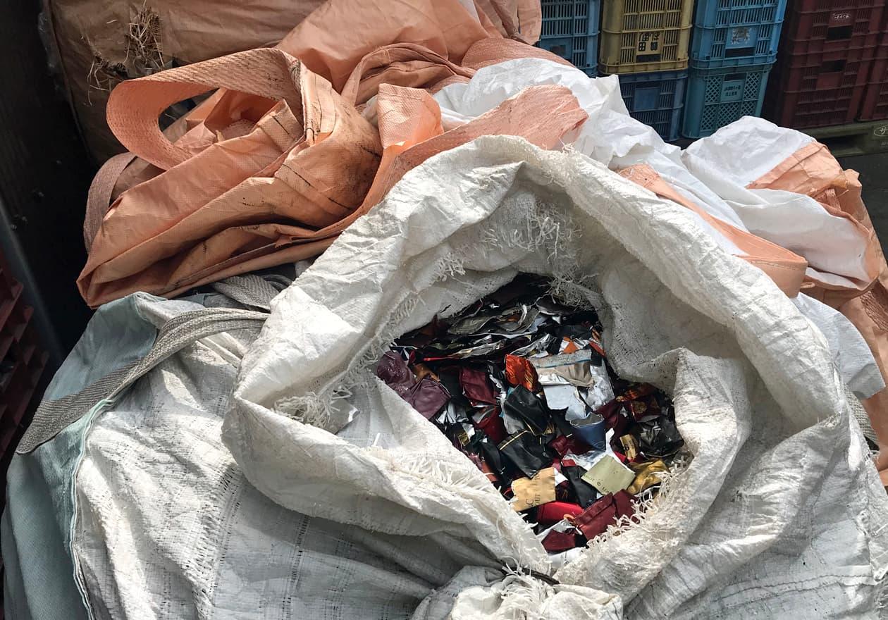取った鉛がたくさん袋に入っている写真