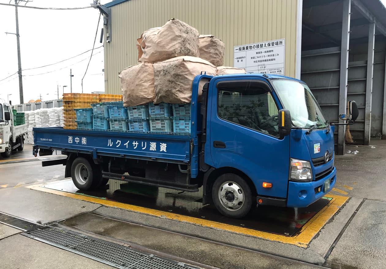 資源がたくさん載ったトラックが計量器に載っている様子