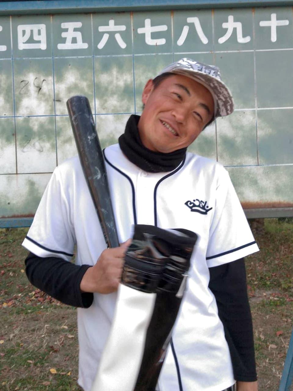 野球のユニフォームを着てバットを持つ高橋の写真