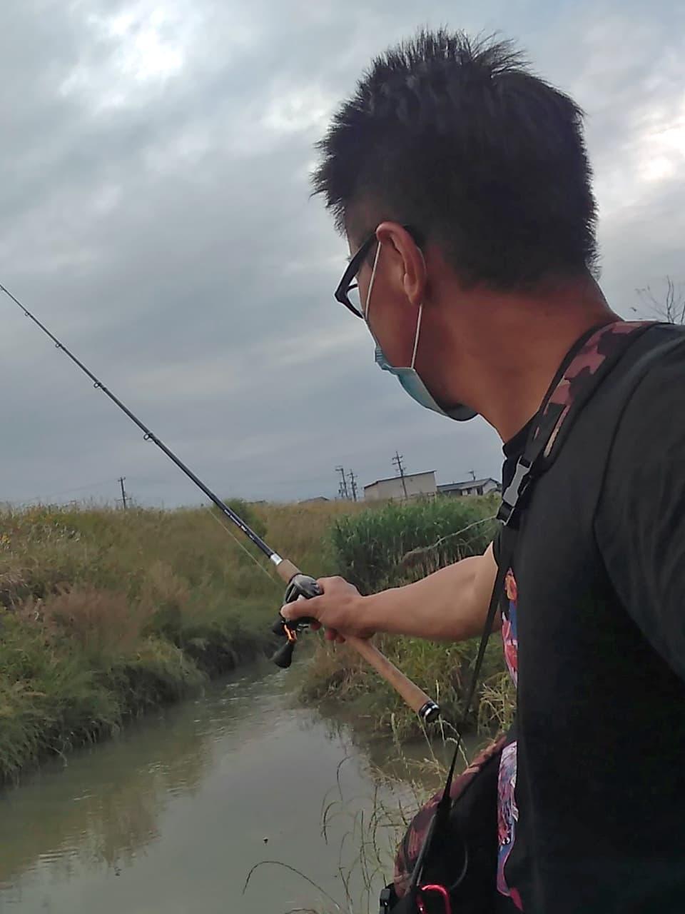 川で釣りをしている高橋の写真