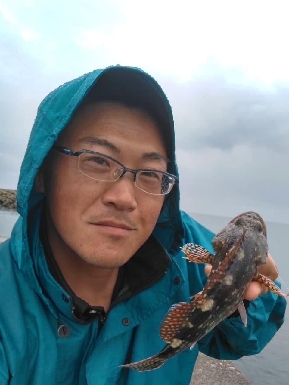 釣った魚を持つ高橋の写真