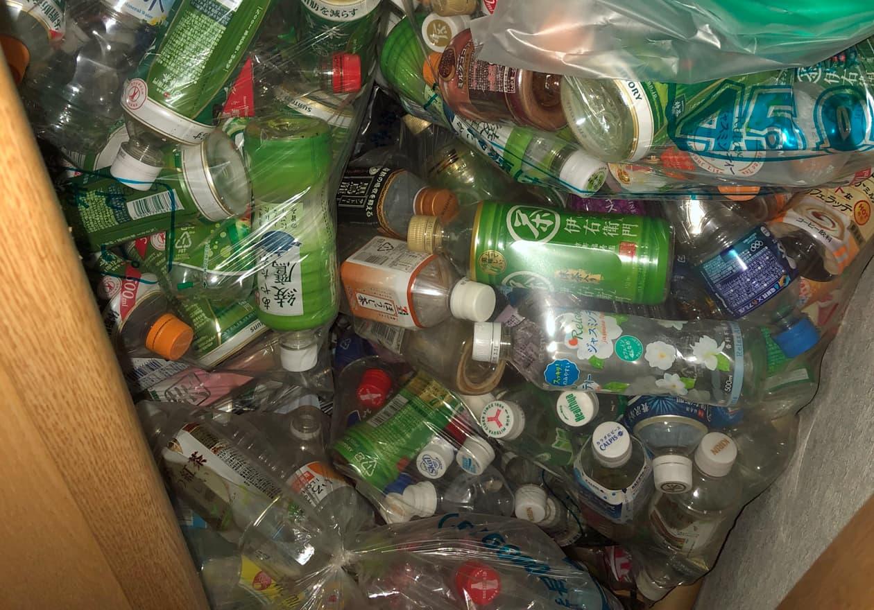 ペットボトルの袋がたくさん溜ったクローゼットの様子