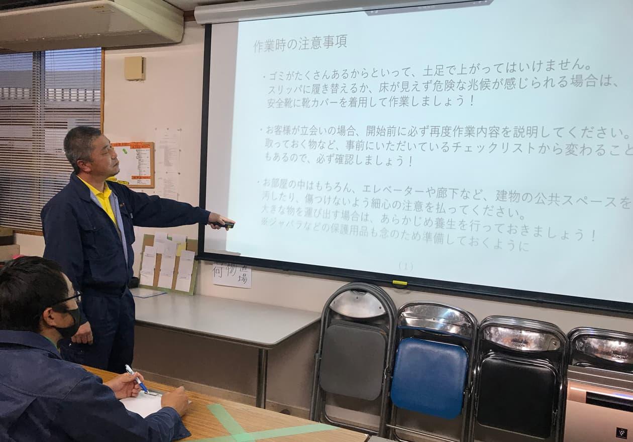 作業時の注意事項で岡本を教育している竹内の様子