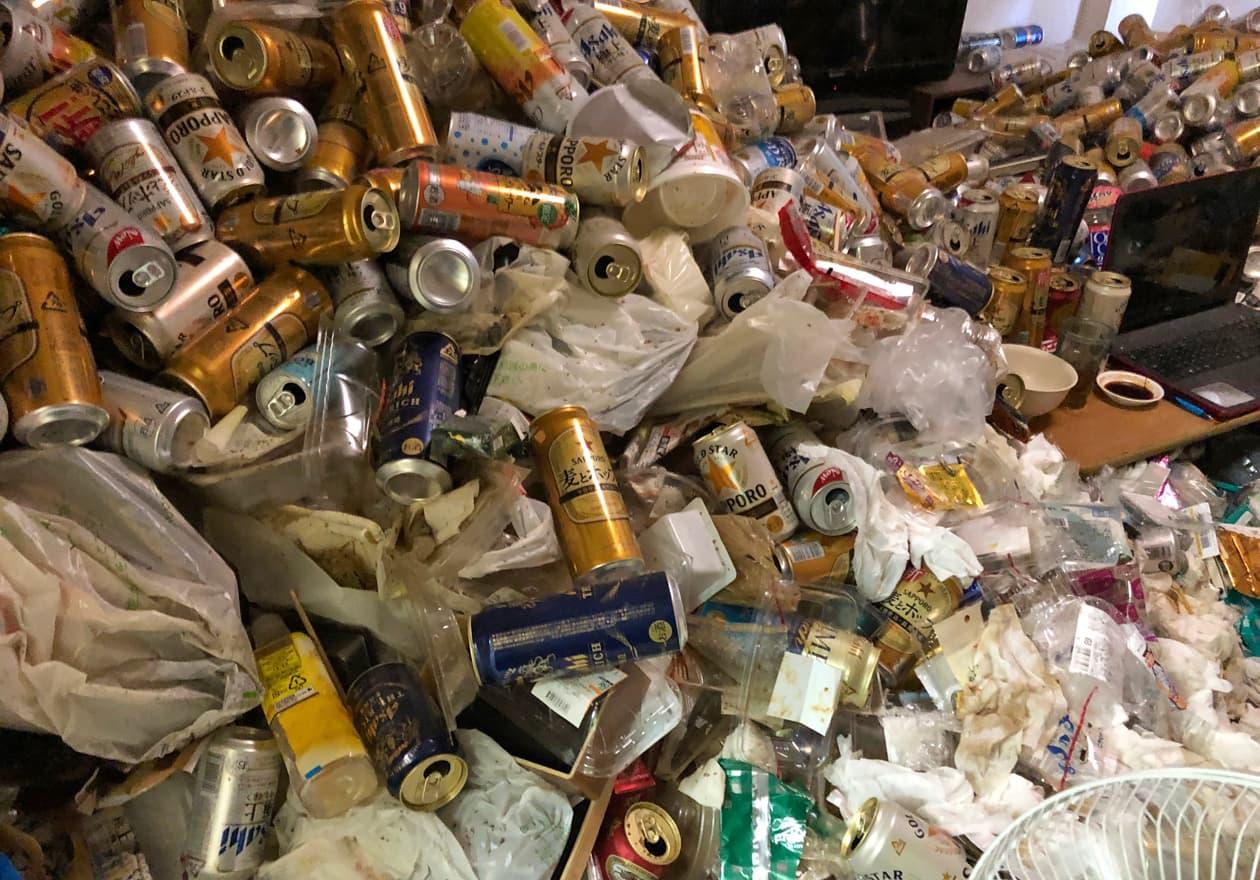 リビングに溜まった大量の缶の様子