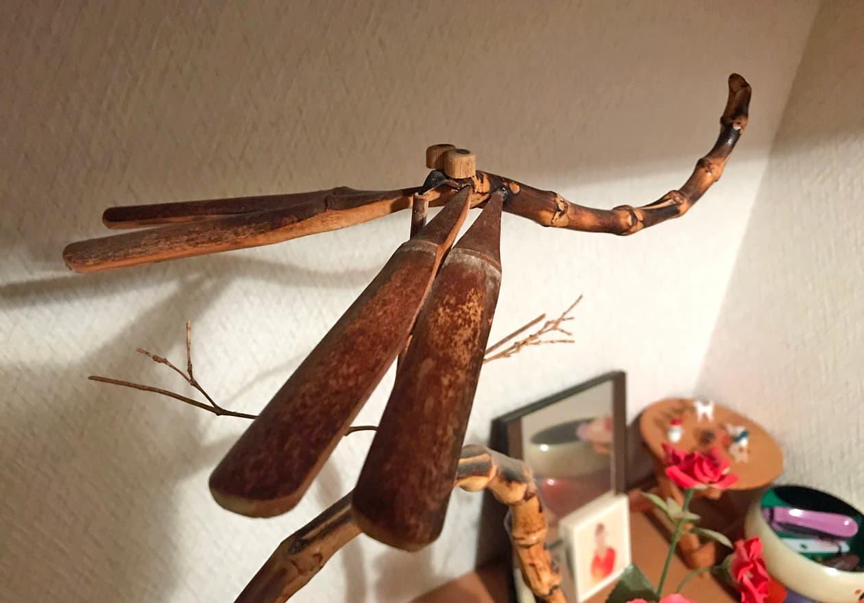 バランスを保っている竹とんぼの画像