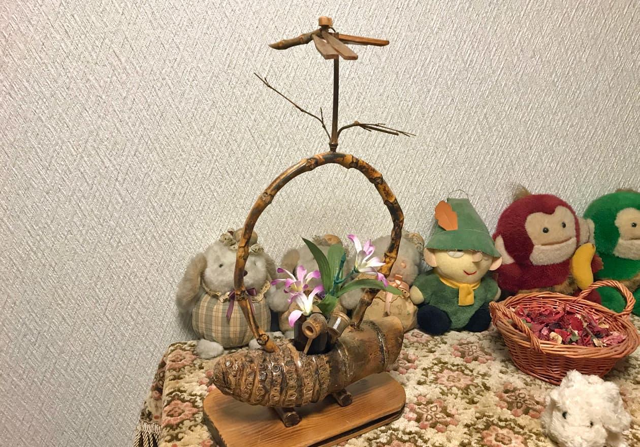 バランスを保っている小さい竹細工の置物の画像