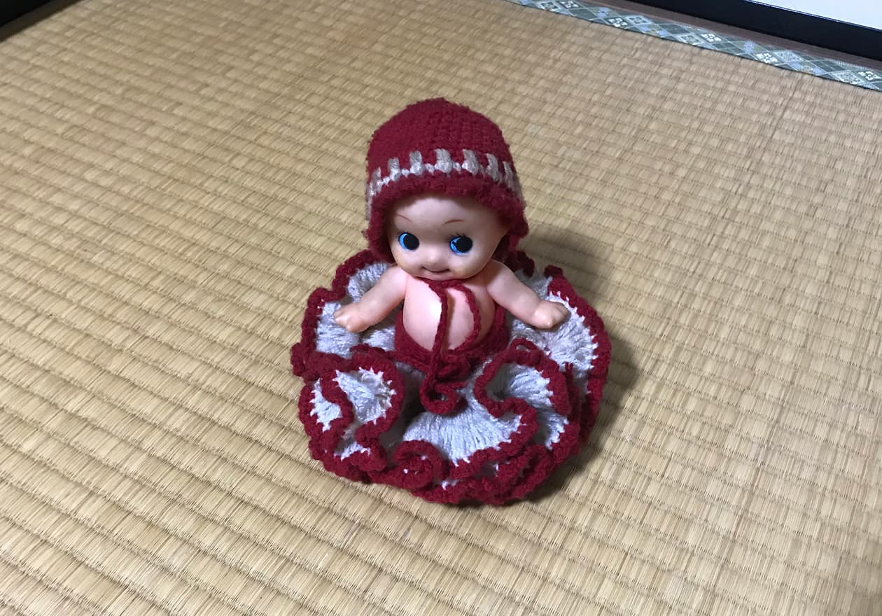 毛糸のドレスを着たキューピーちゃんの画像