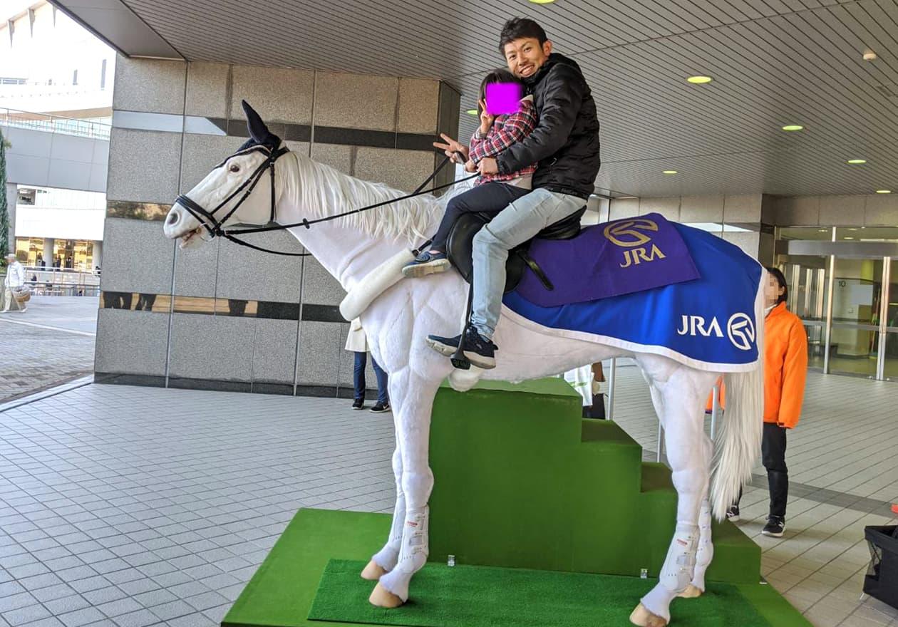 馬ロボに乗った兼子の写真