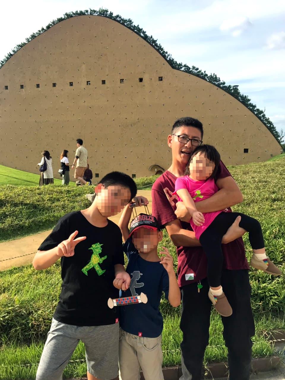 モザイクタイルミュージアム前で子ども達と一緒に映った小田の写真