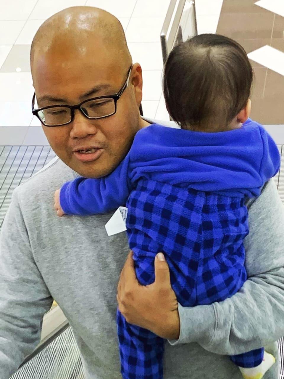 古畑のお子さんを抱っこしている田中の写真