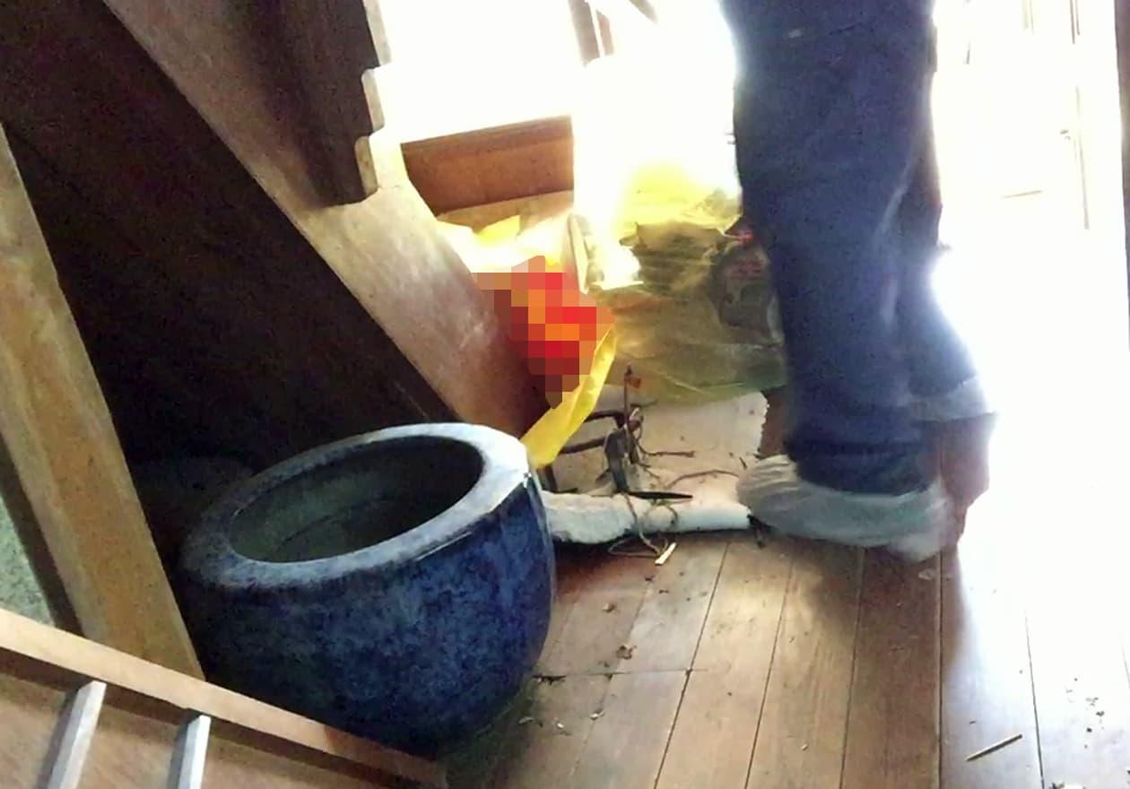 階段下の収納から火鉢を発見した様子