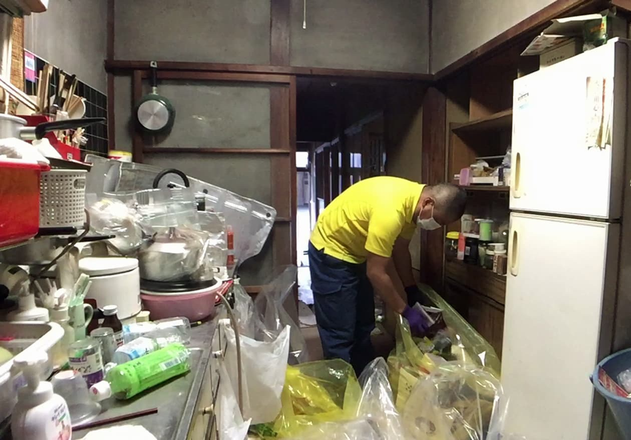 キッチンを片付けている竹内の様子