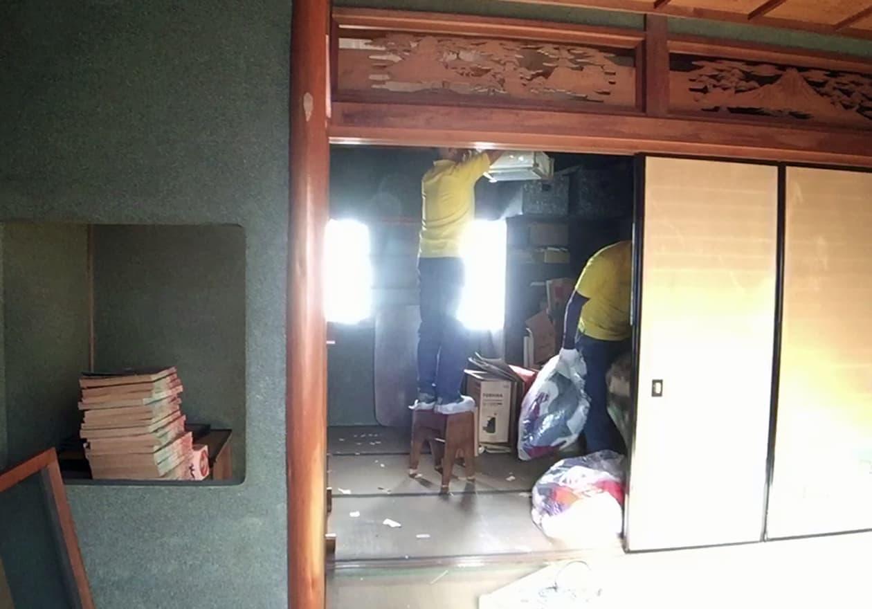照明を外している竹内の様子