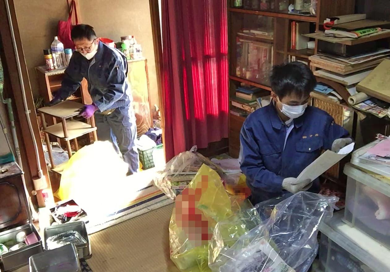 1階を片付けている岡本と白井の様子