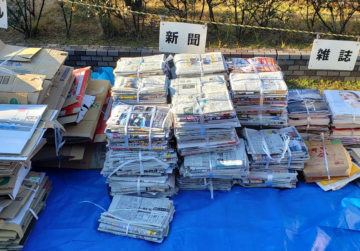 ステーションに新聞がたくさん溜まっている写真
