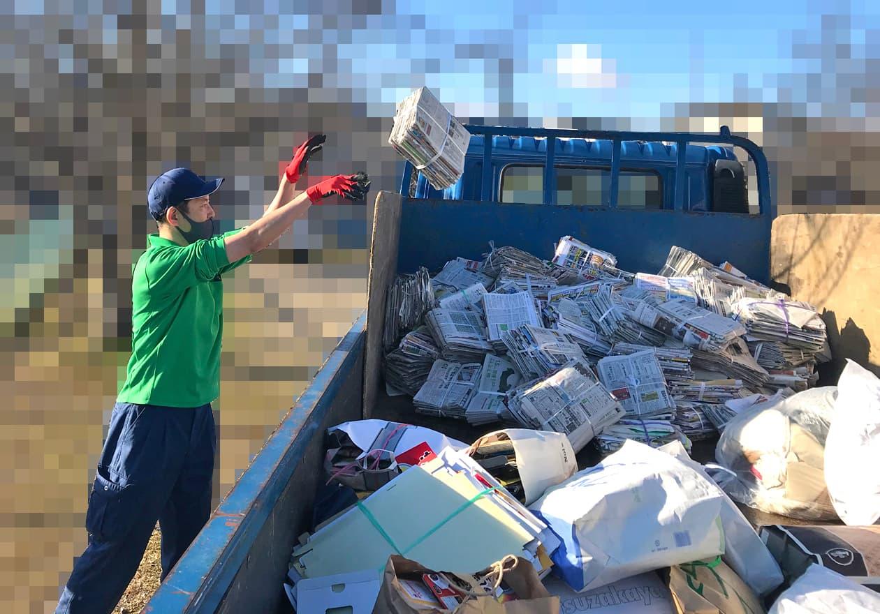 新聞、雑誌をトラックに積んでいる写真