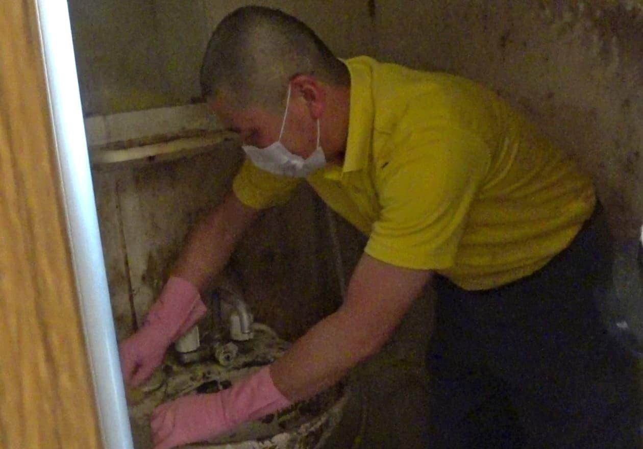 スポンジで掃除している竹内の様子