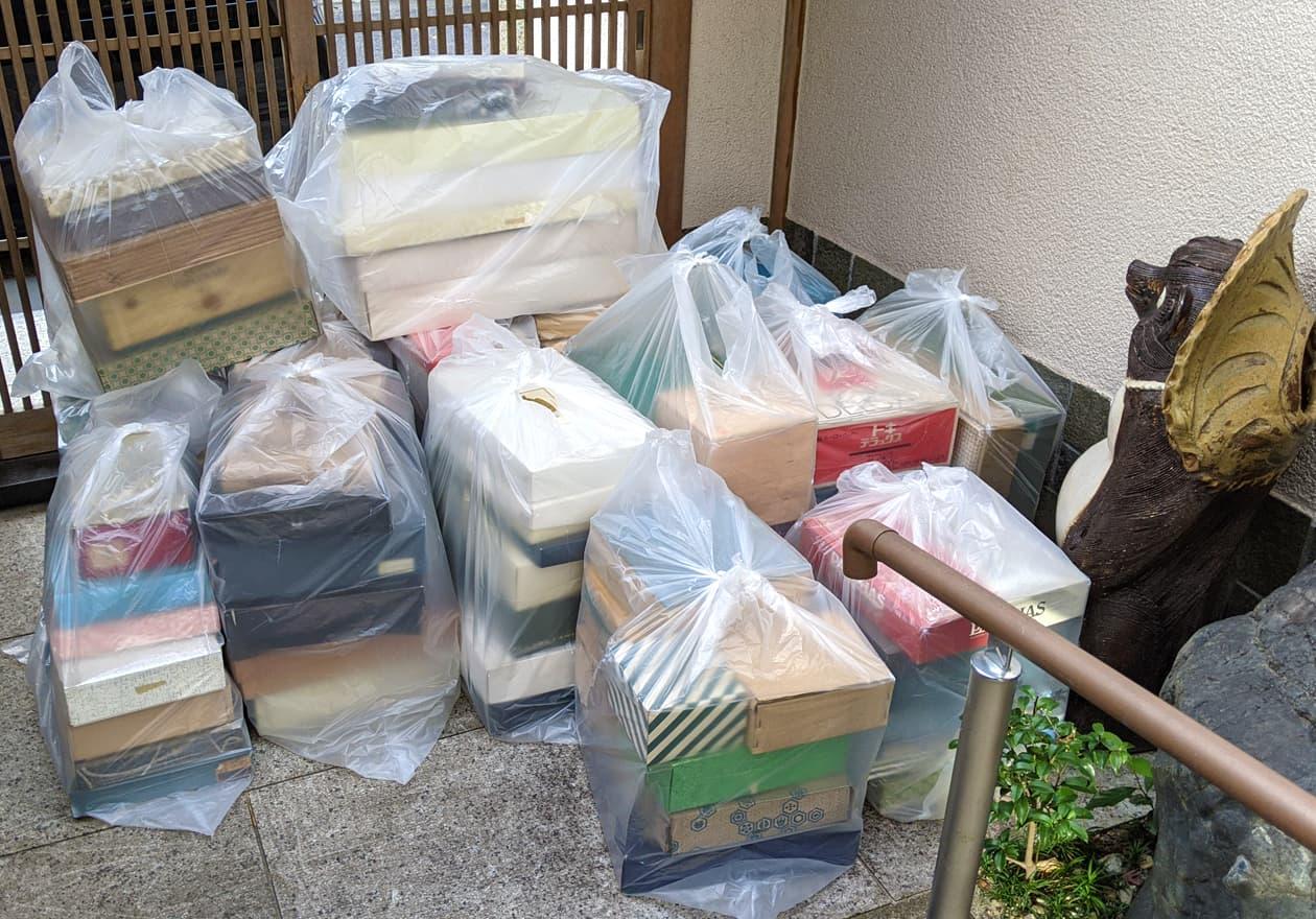玄関前に置いた大量の袋詰めしたモノの写真