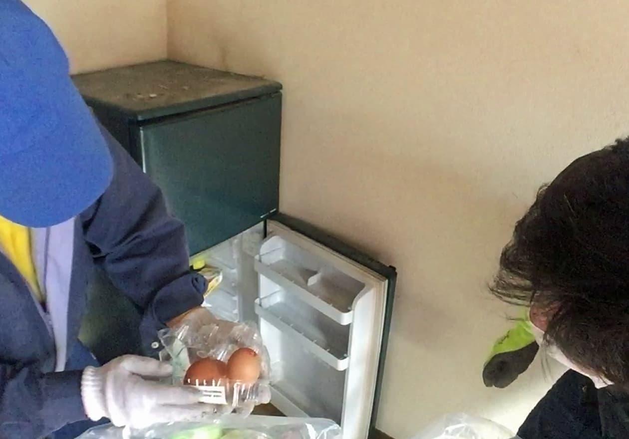 冷蔵庫から干からびた卵を発見した部長の森と中野