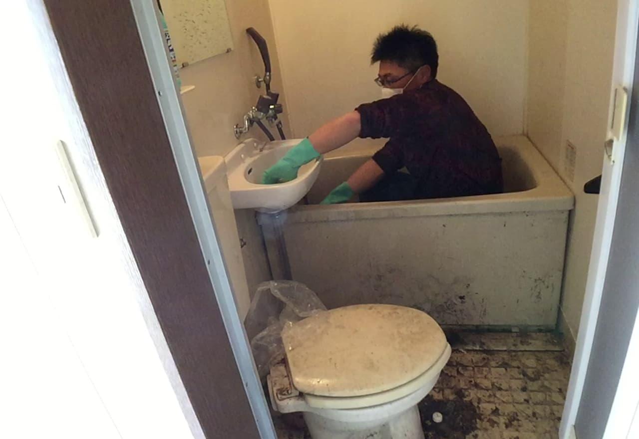 お風呂を清掃している様子