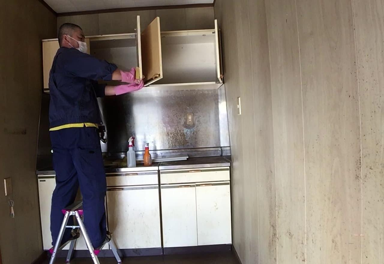 キッチンを清掃している様子