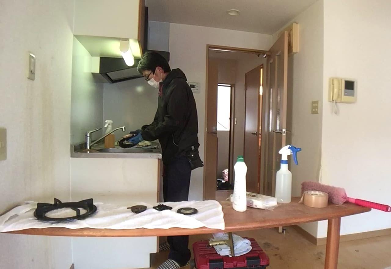 キッチンの五徳を掃除する様子