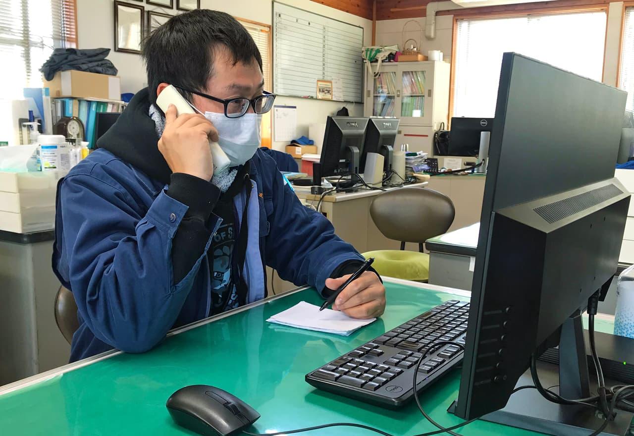 電話をしているスタッフの写真